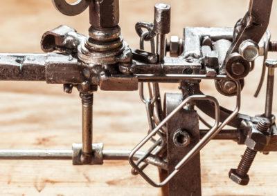 Durch diverse Schritte wird an einem Gerät von Walter Günther aus einer Fahrradspeiche eine Büroklammer hergestellt