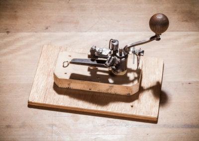 Mit der Kettenliesel werden einzelne Elemente zu einer Kette verbunden